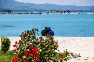 Die Halbinsel im See ist ein beliebter Treffpunkt junger Leute
