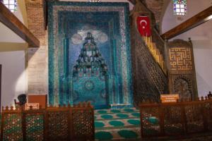 Die Fayencen und Schnitzereien in der Eşrefoğlu Moschee sine einzigartig in der Türkeı