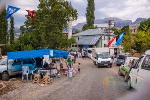 Die Dorfstrasse ist bereit für das Fest